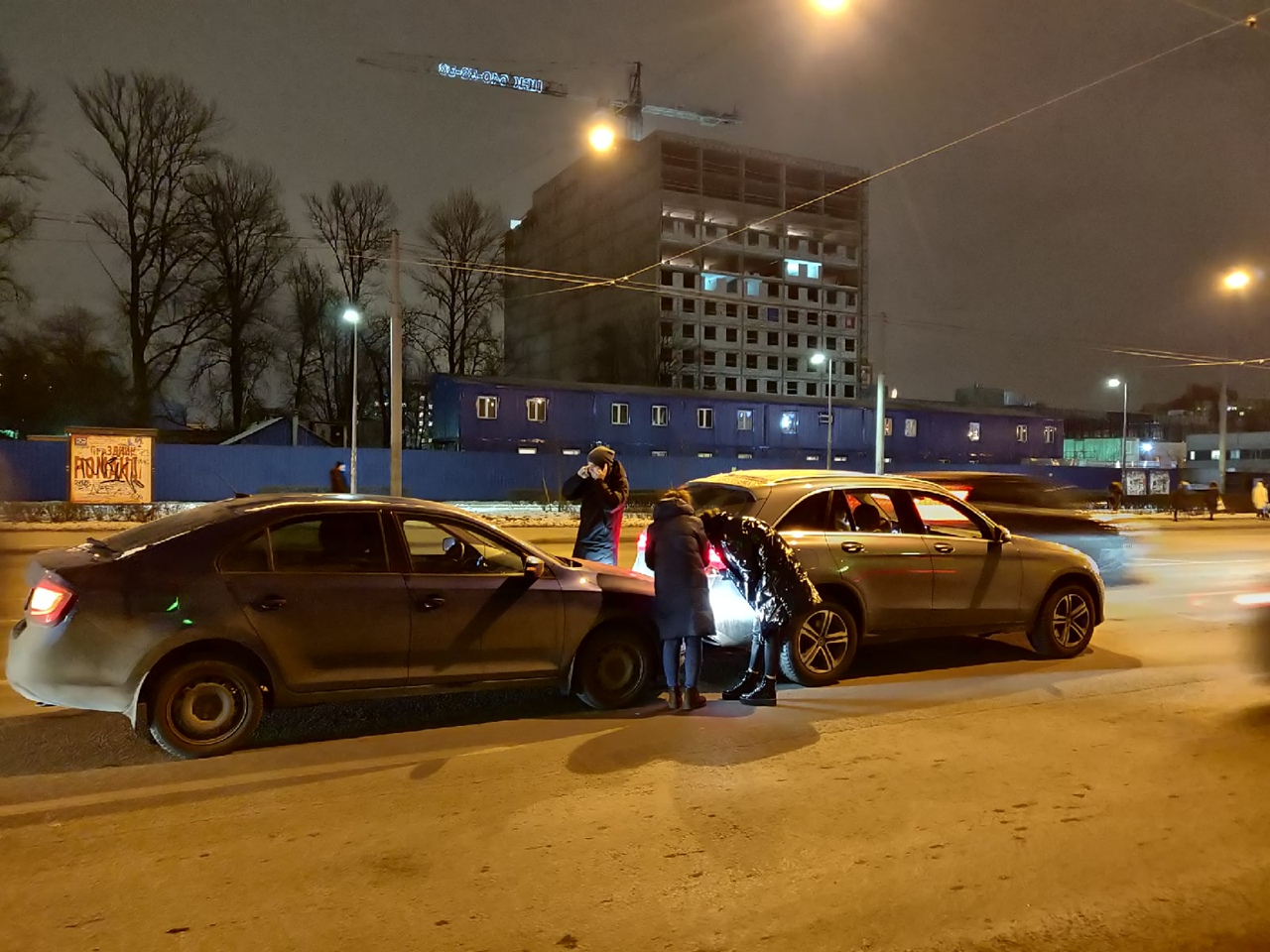 Двое нашли друг друга опять напротив Кировского завода. (средний ряд) (каршеринг не виноват)
