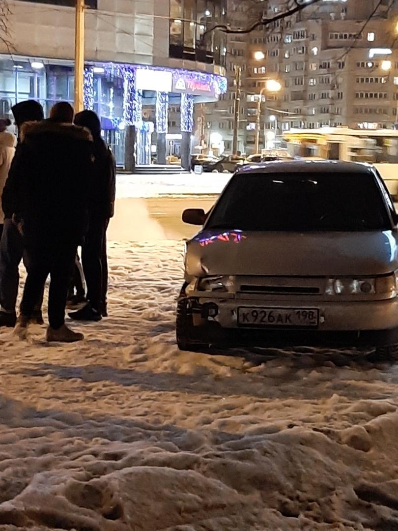 На Науки, рядом с Академпарком около 23:00 произошла авария в результате которой Uber оказался на вс...