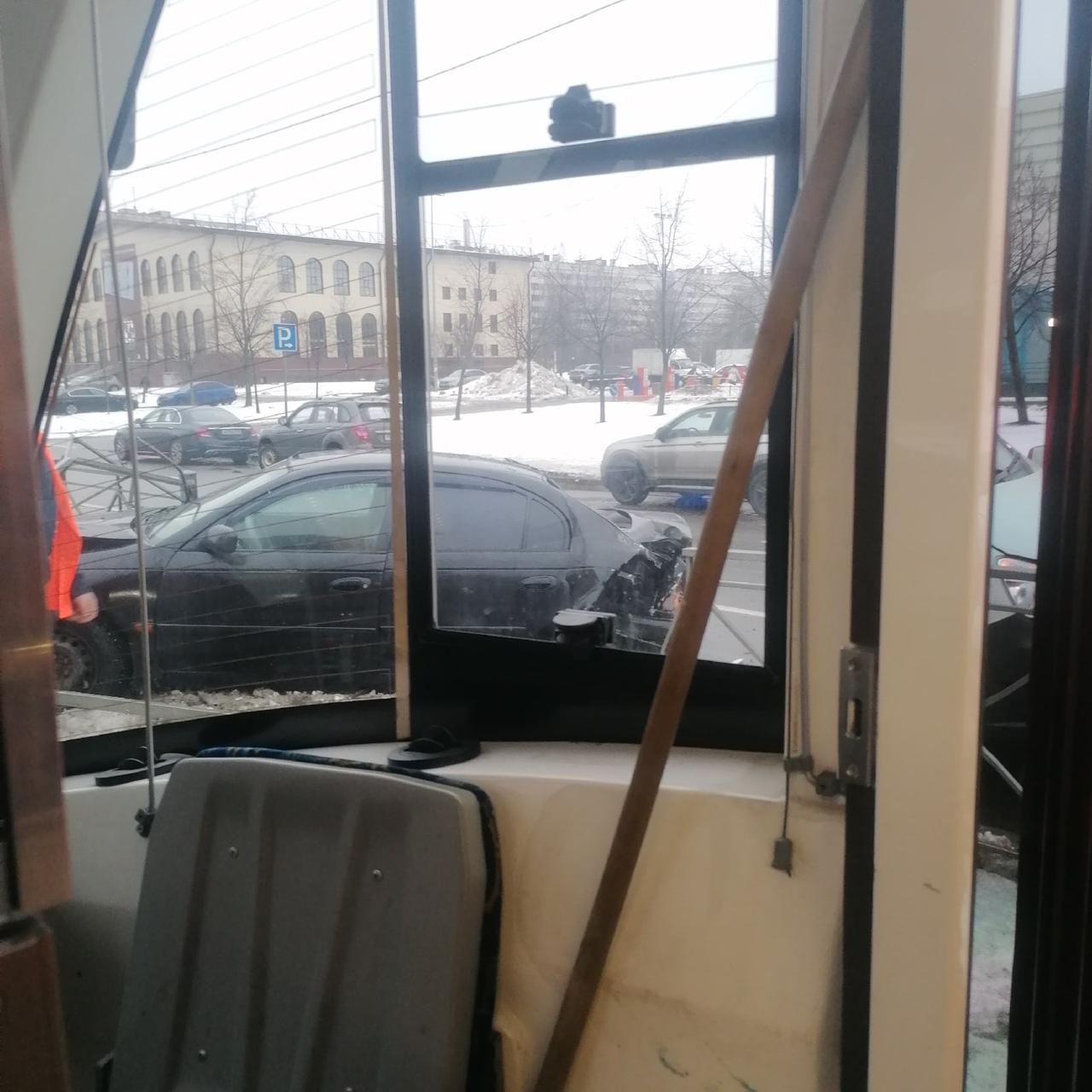 ДТП на пересечении Кустодиева и Просвящения, легковая въехала на трамвайные пути, пострадавших нет