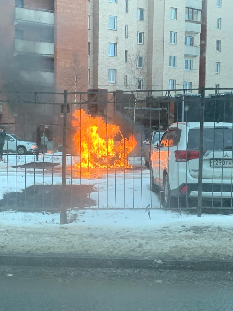 На Рыбацком проспекте у дома 23/2 сгорела машина. Пожарные уже потушили.