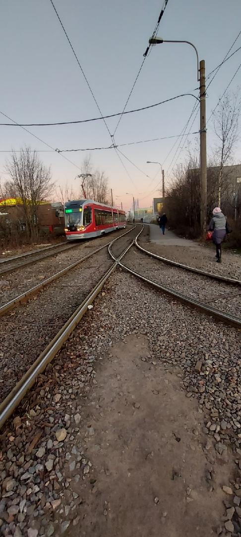 В Калининском районе на станции Ручьи сошёл с рельсов 38 трамвай. От метро Гражданский проспект до ...
