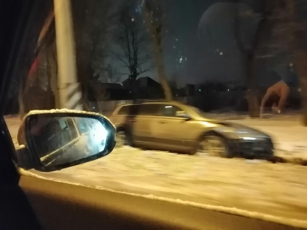 Перед Аннинским шоссе в сторону Санкт-Петербурга один в кювете, второй на встречке, третий на обочин...