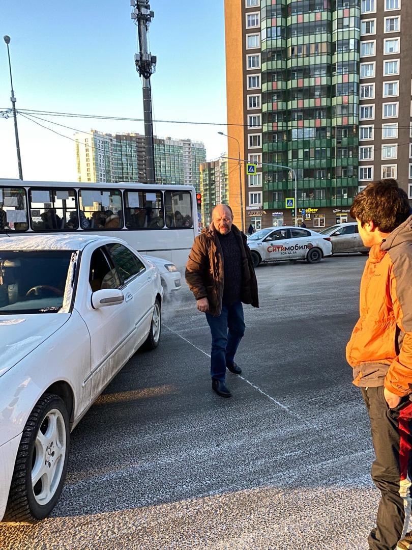 В Мурине на перекрёстке Шувалова и бульвара Менделеева около 15 часов дня водитель белого Mercedes-B...