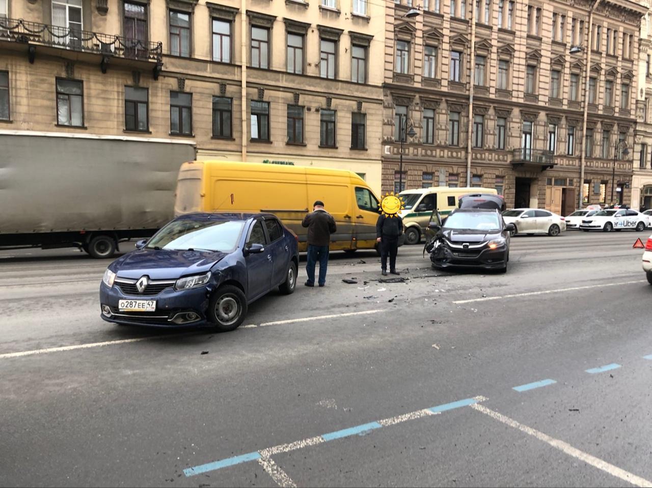 Классическое ДТП между Хондой и Renault на Литейном проспекте.