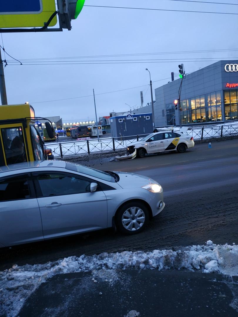 Я. Такси и каршеринг разложились на Торфяной дороге в сторону Савушкина. Пробка в обе стороны