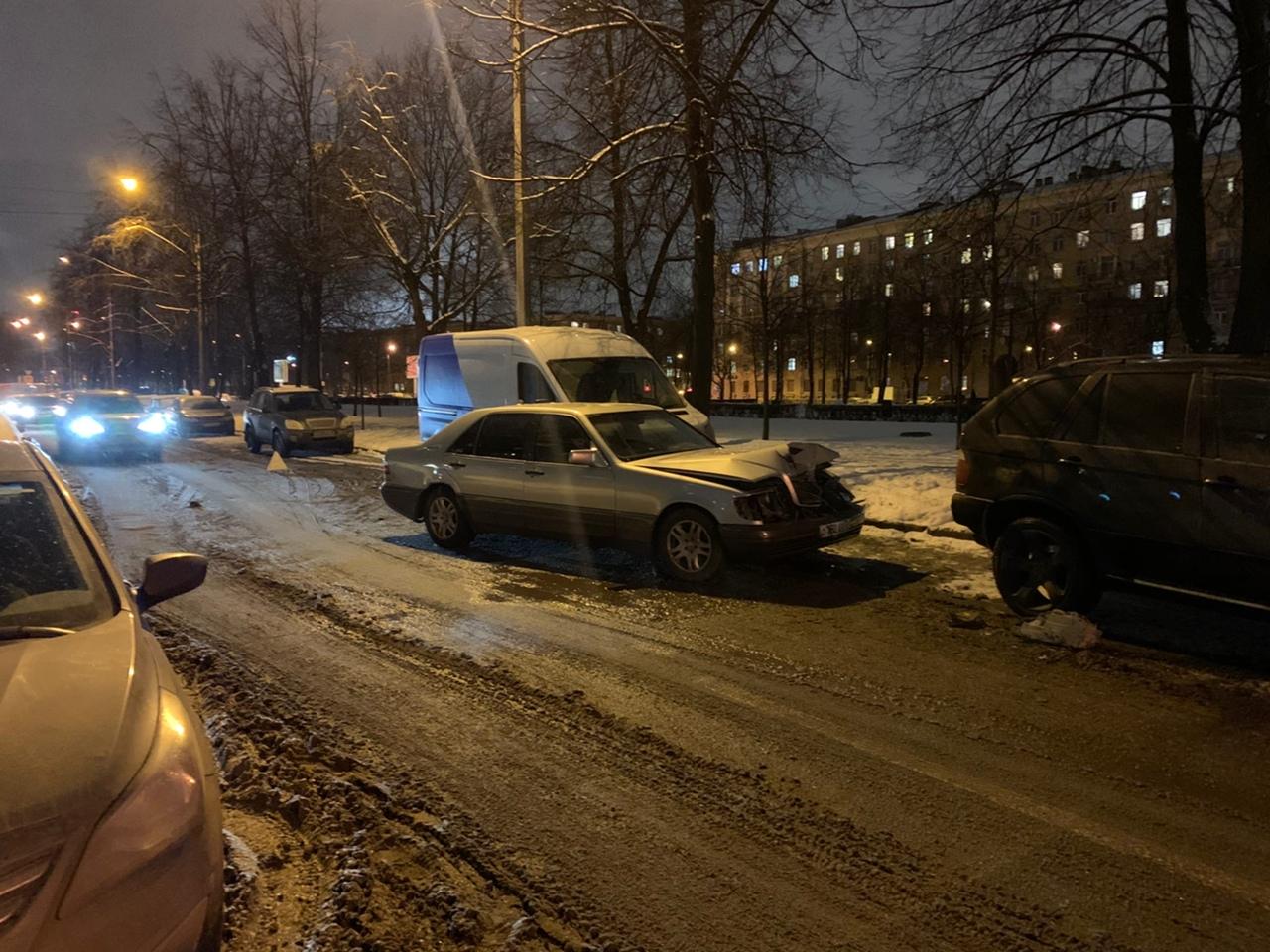 Бульвар Красных Зорь 12 , 4 машины Опель ударил мерс, мерс вынесло в яндекс драйв и в бмв