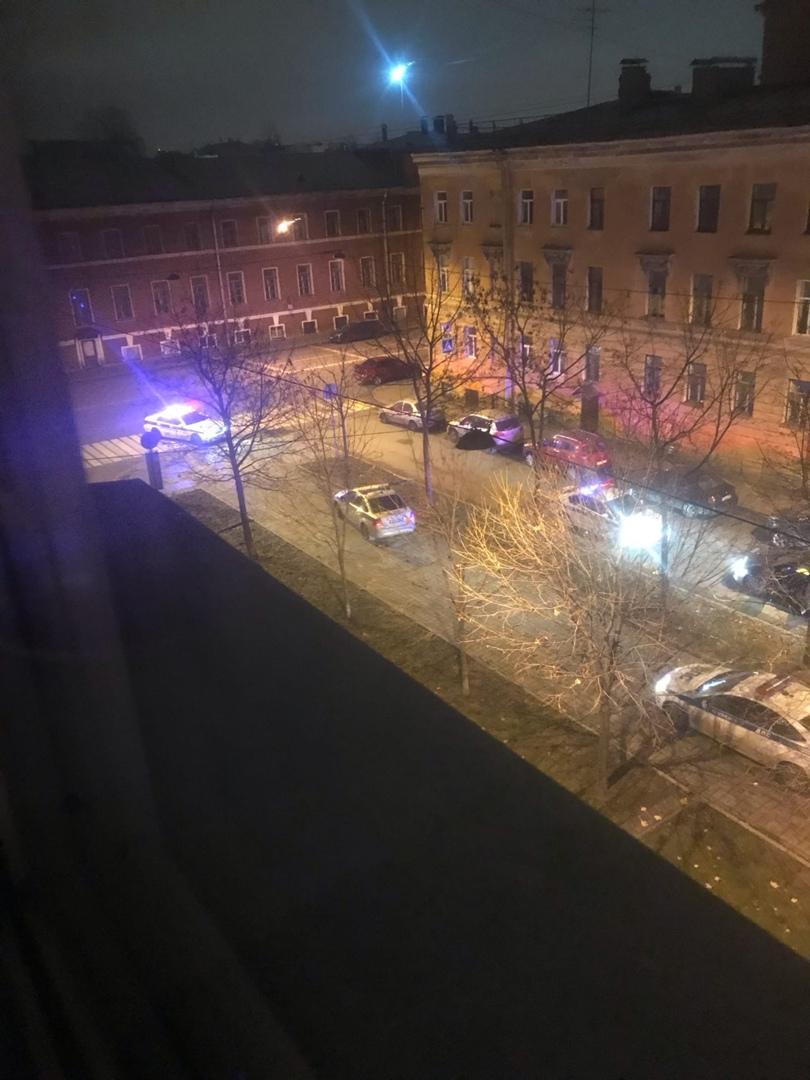 На Малодетскосельском произошло задержание двух людей. Приехало 12 машин ДПС и 2 кареты скорой помо...
