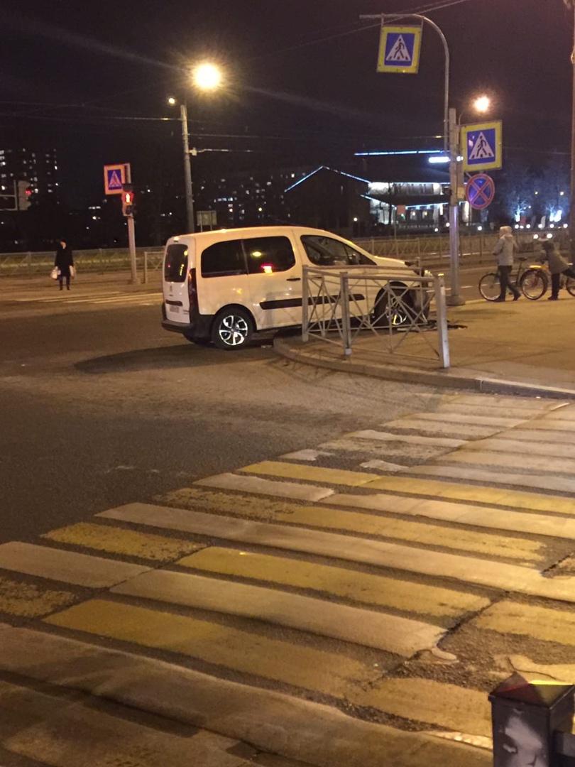 Вечером на пересечении улицы Ольги Форш и проспекта Просвещения произошла авария с участием трех маш...