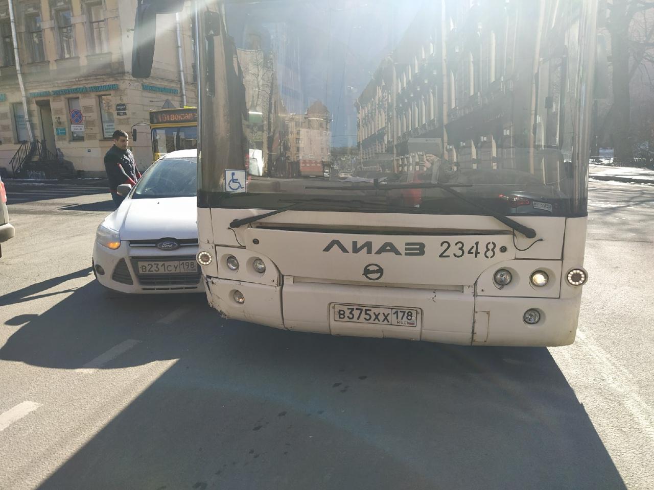 Водитель а/м Ford, выезжая со Зверинской под знак STOP в переулок Нестерова, не предоставил преимущ...