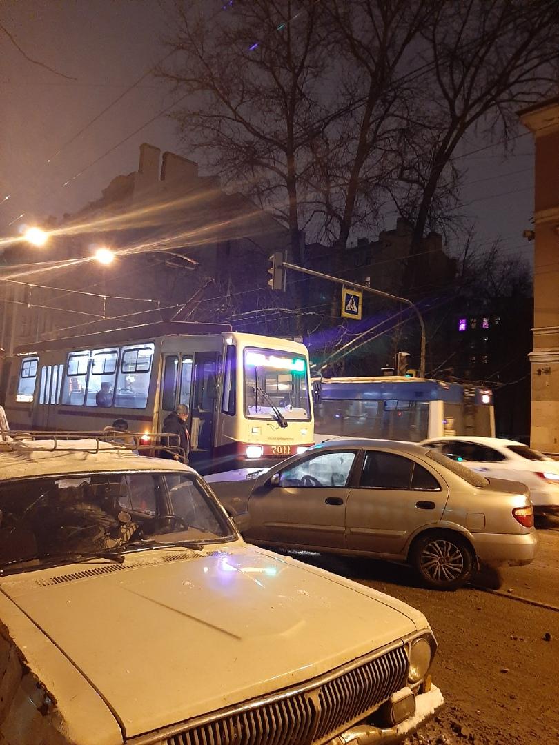 На Комсомола у областной больницы Улица Комсомола в сторону Кондратьевского перекрыта полностью.
