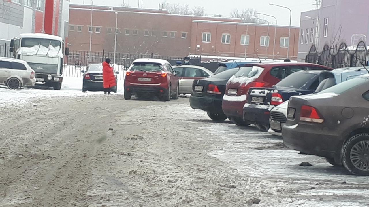 Девочка на Мазде чисто случайно стукнула машину Росгвардии в бок на 3-й Жерновской улице.