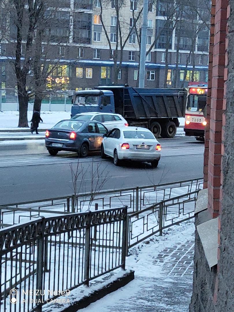 ДТП на проспекте Обуховской обороны 211 между Renault и Фольксвагеном. Заняты трамвайные пути.