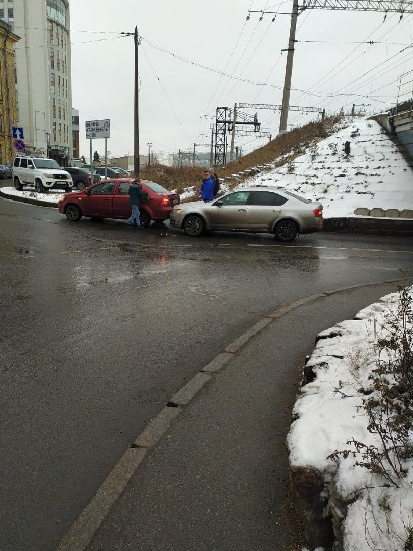 На Рощинской улице у ж/д моста Skoda стукнула Chevrolet. Будьте внимательны и держите дистанцию.