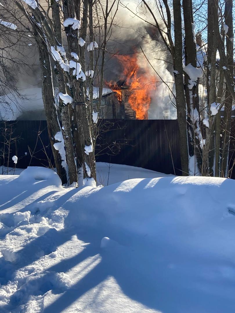 На улице Советов, 88 в посёлке Токсово, возле магазина «Пятёрочка», около 14.00 загорелся жилой дом...