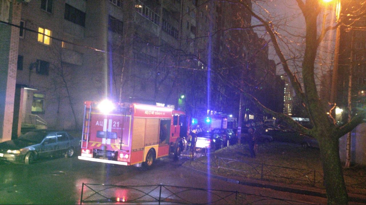 В доме 87 по проспекту Просвещения что-то горело на балконе, женщина в окно кричала о помощи.
