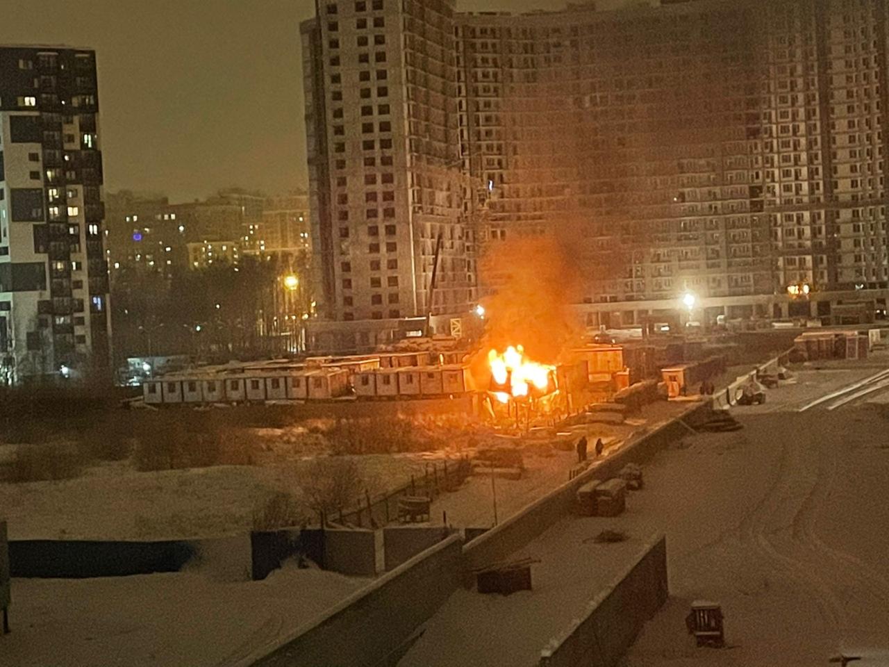 Загорелись строительные вагончики в строительном городке Инвестторга в Кудрове , напротив Европейск...
