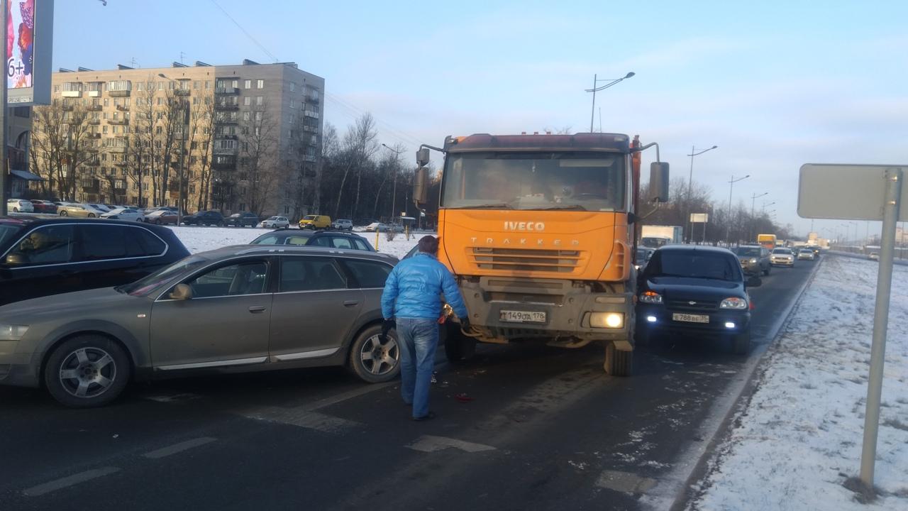 На Витебском, перед и Орджоникидзе самосвал собрал Audi и Шниву, левая и средняя полоса блокированы....