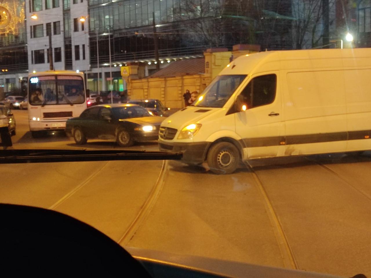 На Старо-Петергофском 40 грузовой Мерс притёр машину, почти не проехать, автобусы и трамваи встали,