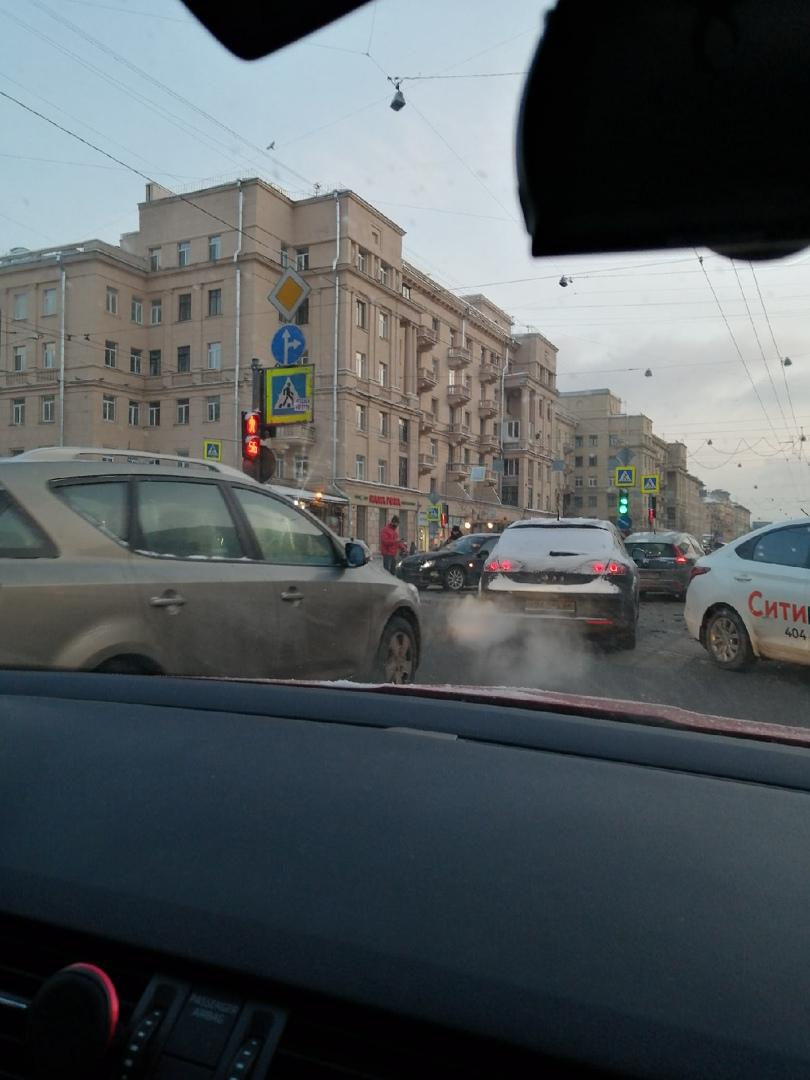 На пересечении проспекта Стачек и улицы Зайцева стукнулись Ситимобиль и чёрный седан