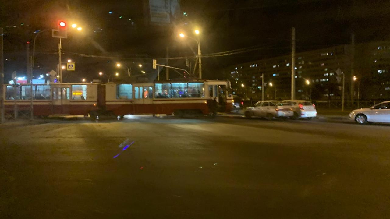 На перекрёстке улицы Маршала Жукова и Петергофского шоссе и Стачек трамвай въехал в Ладу 2110. 52 тр...