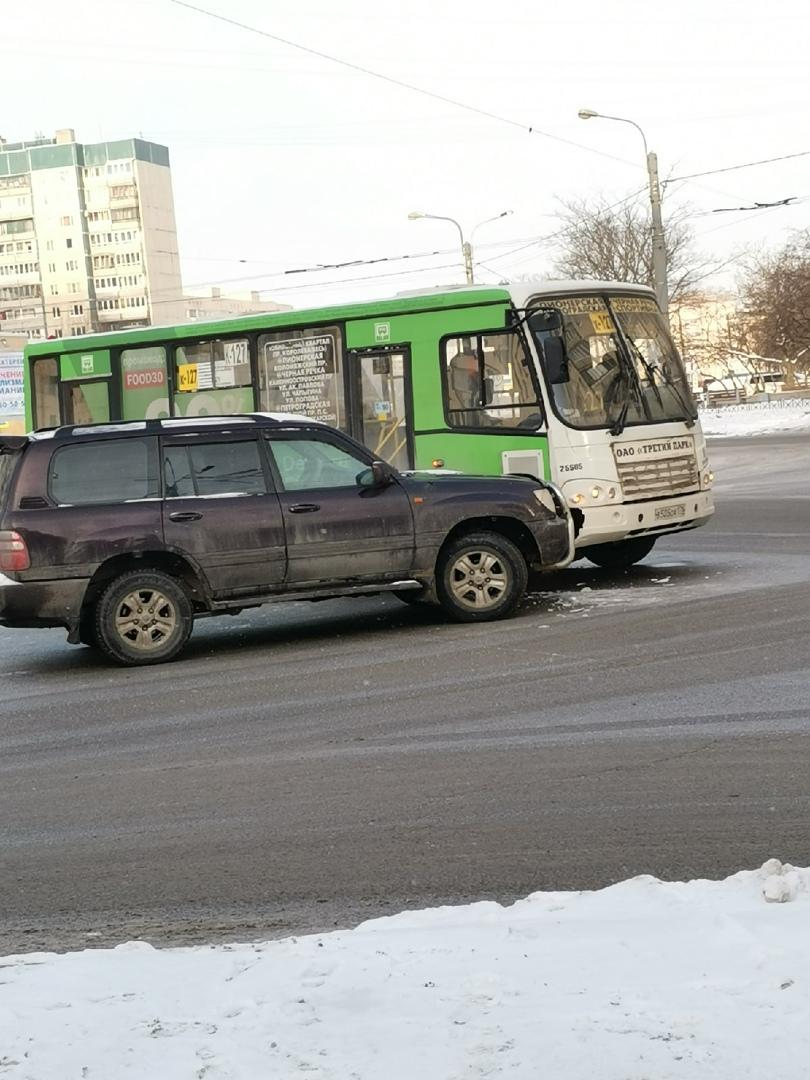 На углу Уточкина street и проспекта Королёва поцеловались прекрасная 127ая маршрутка с немного поста...