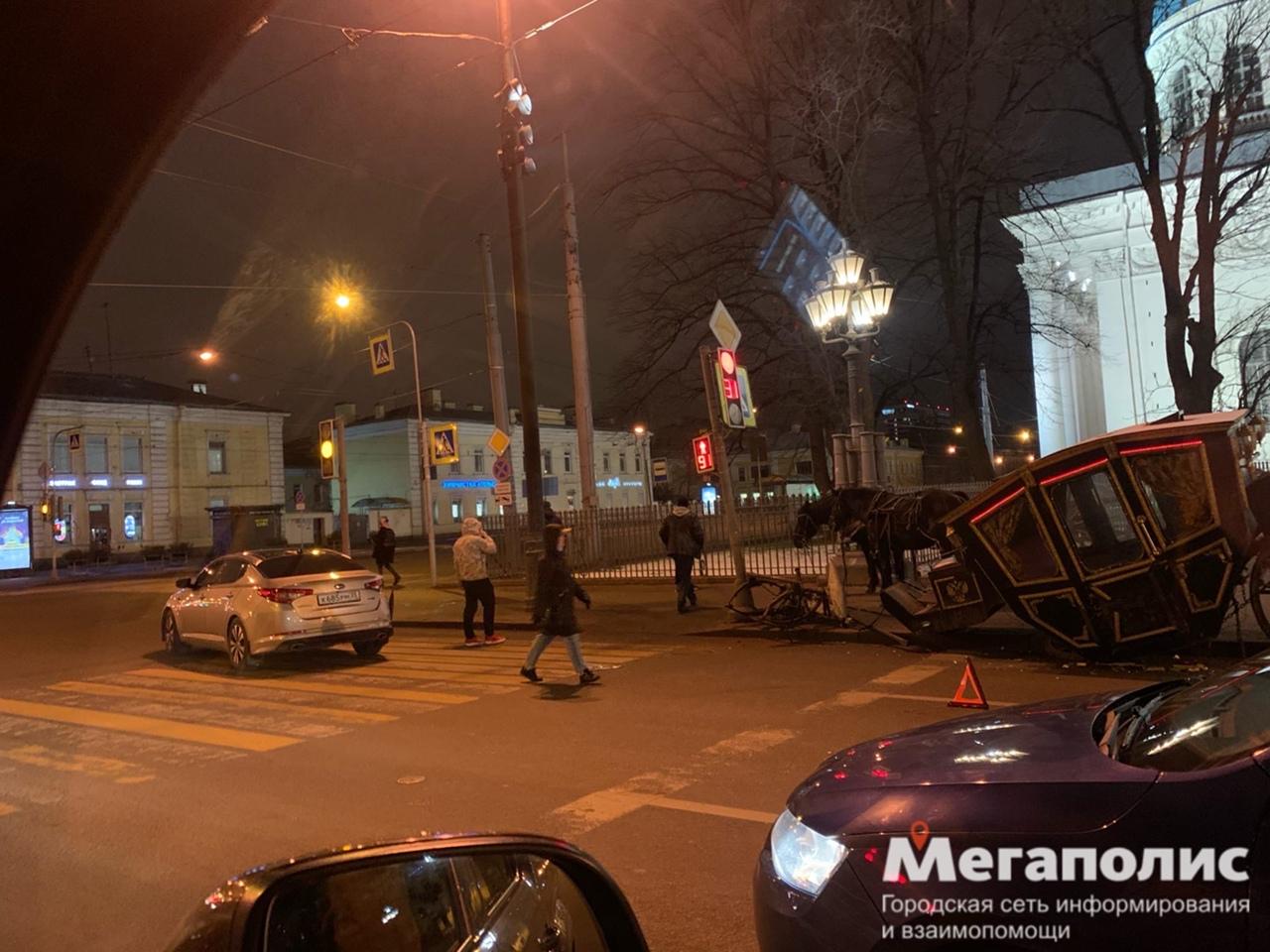 Чисто Петербургское ДТП, напротив Троицкого собора. Лошадки не пострадали.