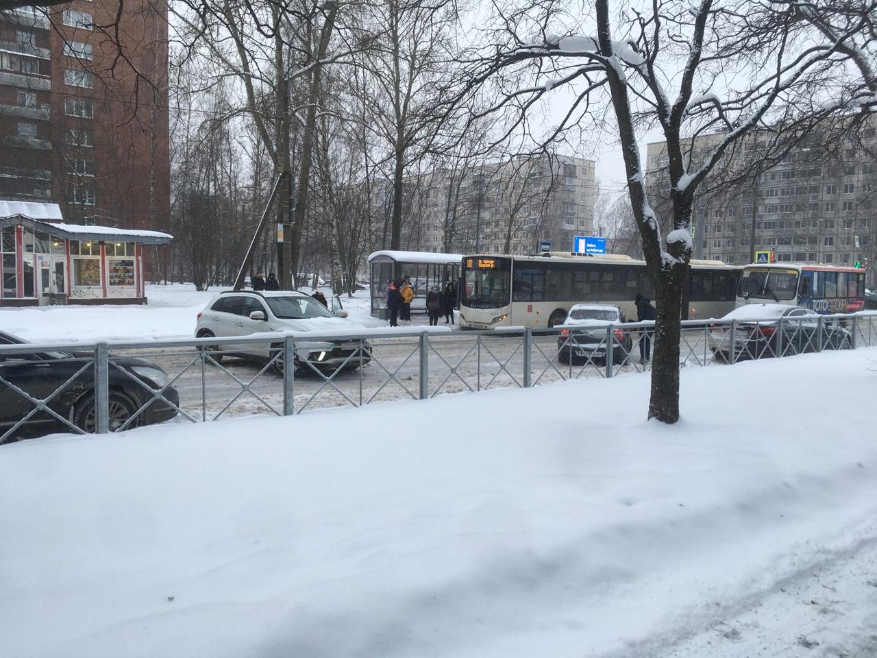 На перекрёстке Учительской и Светлановского проспекта, встретились Гранта и Митсубиси, мешают проеха...