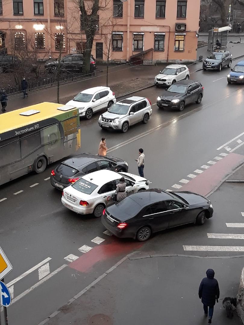 На пересечении Левашовского и Плуталова столкнулись две легковушки. Собирается пробка.