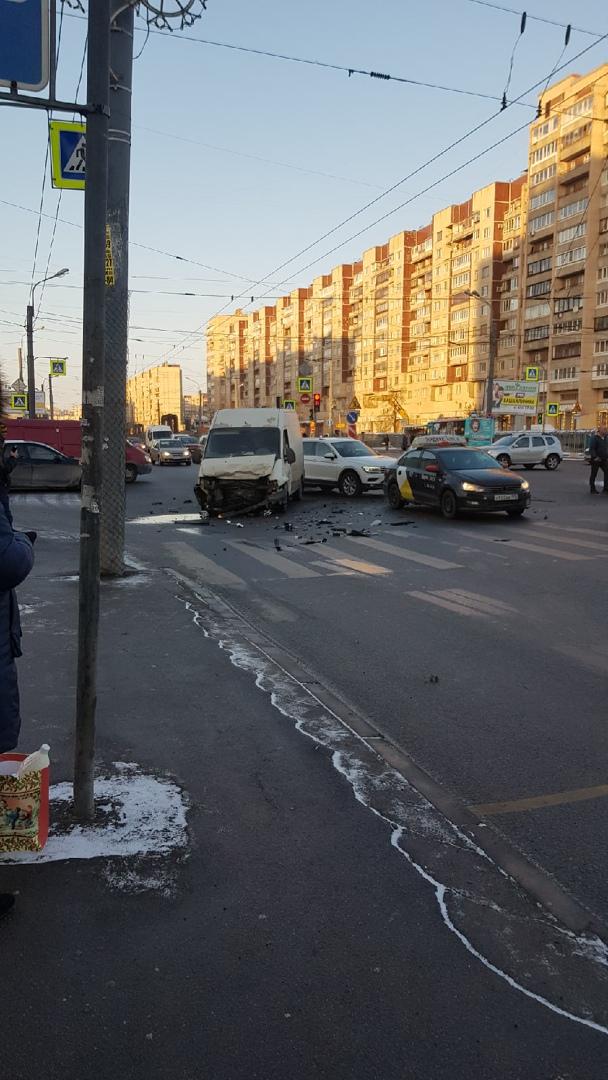 На перекрёстке Большевиков и Подвойского столкнулись Фиат, Volkswagen и Mercedes. За пострадавшей п...