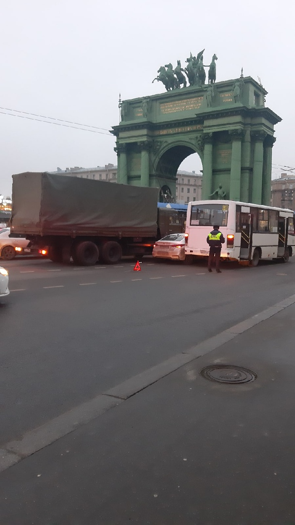 Водитель Hyundai забыл правило, что от военного Камаза нужно держаться как можно дальше На Площади Ста...