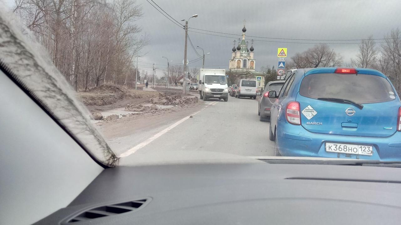 В посёлке Сергиево совсем чуть-чуть грязи выпало из грузовика на дорогу, теперь все едут через встре...