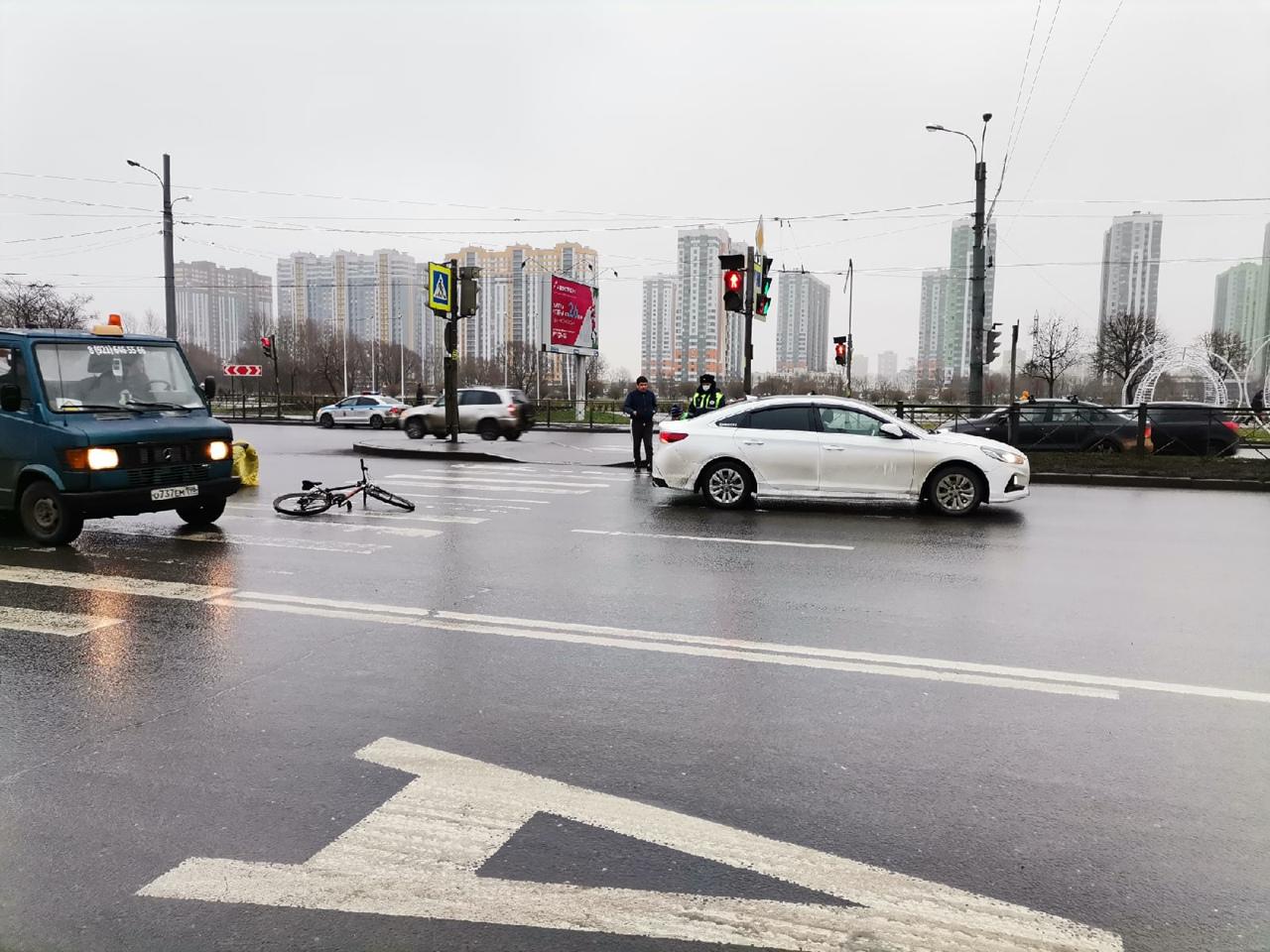 Таксист сбил доставщика еды на пешеходном переходе, через проспект Славы в створе Пражской улицы. Вс...