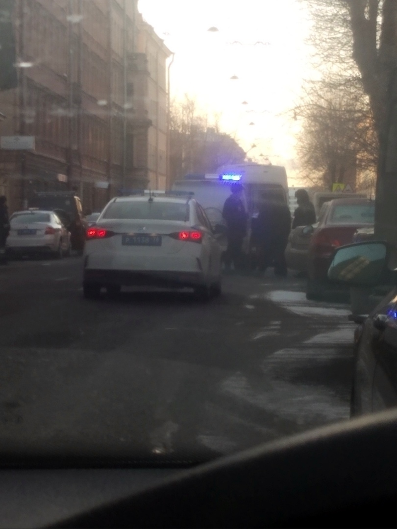 Человек без признаков жизни на 2-й Красноармейской у дома 10, напротив участка полиции. На месте про...