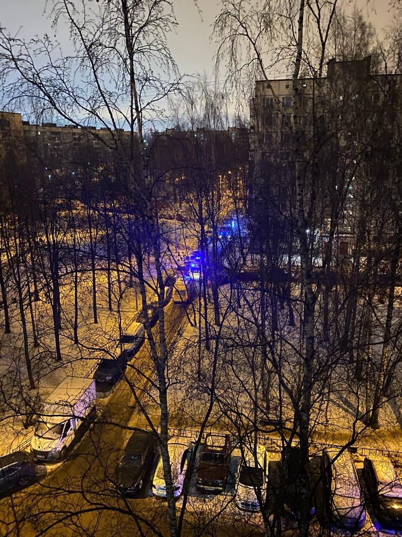 Для тушения обстановки на балконе площадью 1 кв.метр МЧС привлекло 3 единицы техники и 14 человек ли...