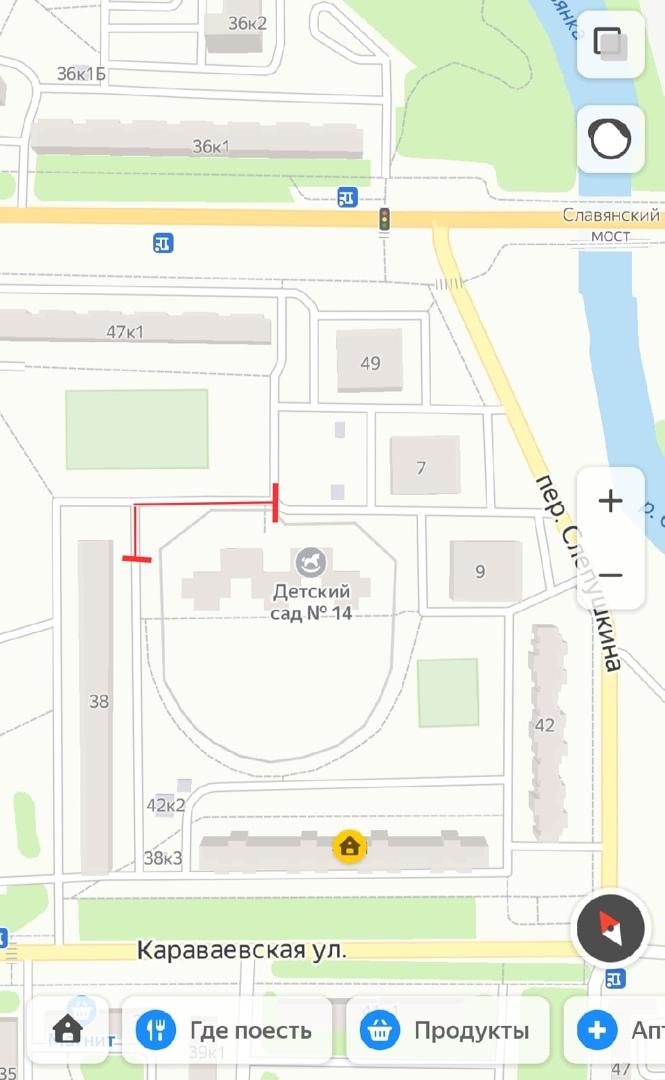 Двор Караваевской 42. Здесь водители пытаются урвать пару минут, что бы не стоять в пробке по дороге...