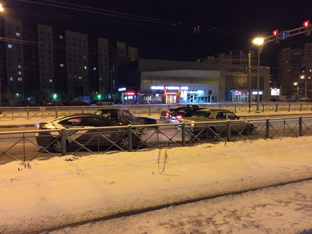 На Косыгина перед Наставников в правом ряду стоит скучает каршеринг Перед ним Волга почти целая .