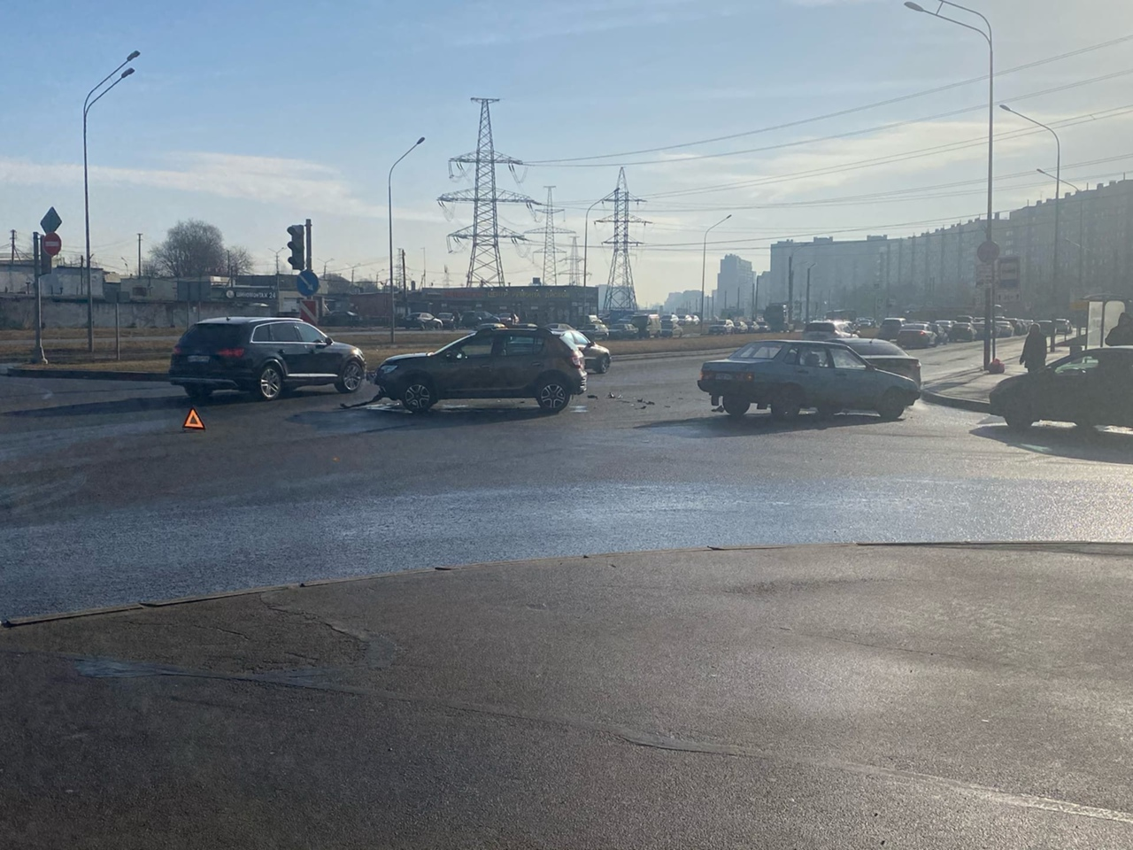 Сандеро и 21099 не поделили проезд перекрёстка Казакова и Брестского бульвара