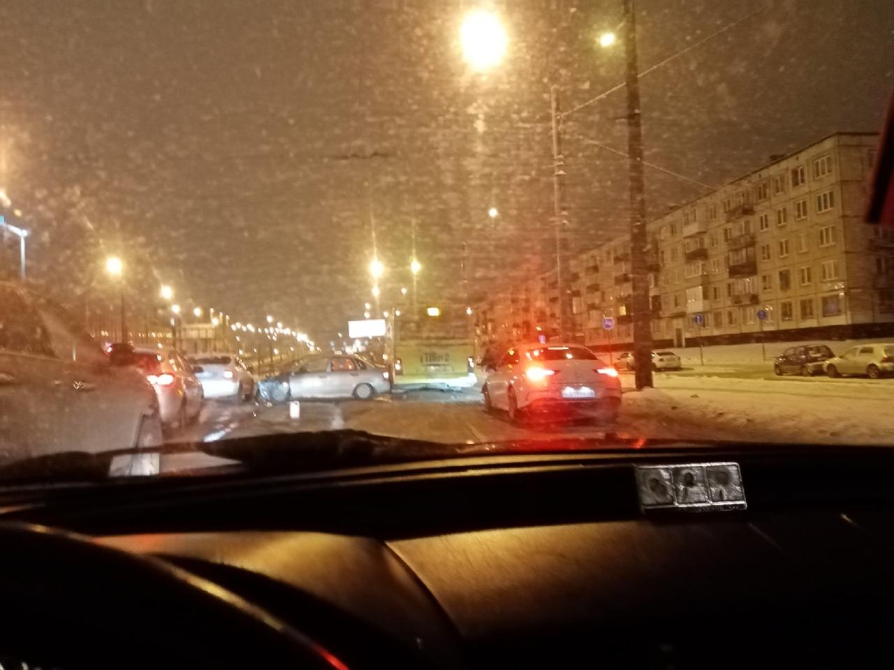 Авария на Пискаревском проспекте напротив дома 56к1, по направлению от Руставели.