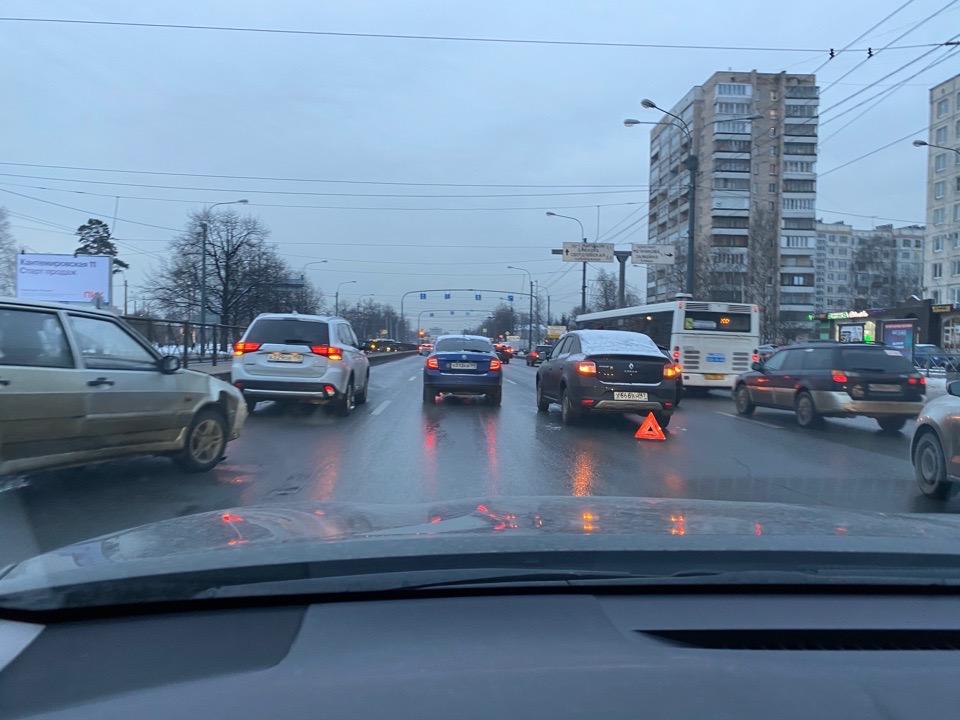 ДТП после Пискаревского путепровода в сторону Бестужевской улицы. Движение плотное.