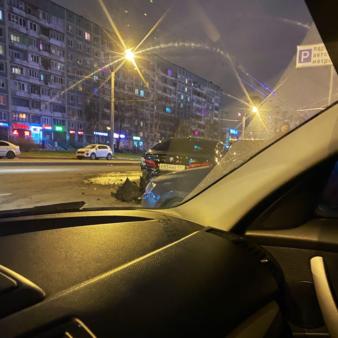 На проспекте Просвещения каршеринг снес несколько припаркованных автомобилей.