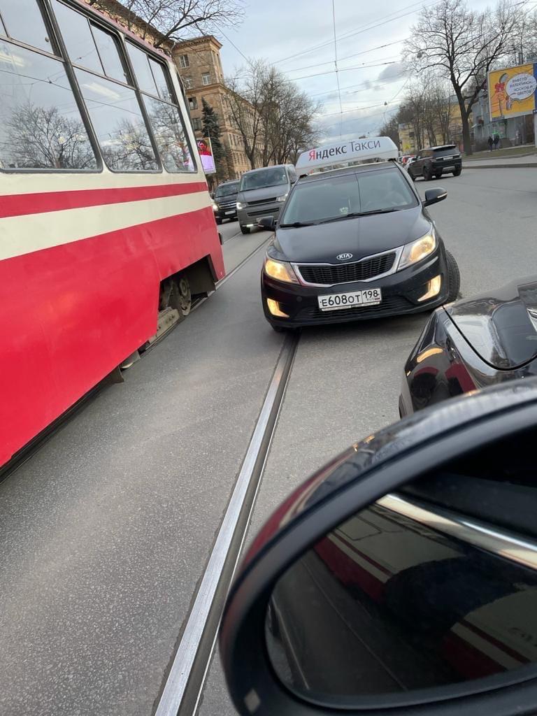 В 17:33 напротив дома №15 по пр. Энгельса «товарищ», управляя такси «Яндекс» гос. номер Е608ОТ198, р...