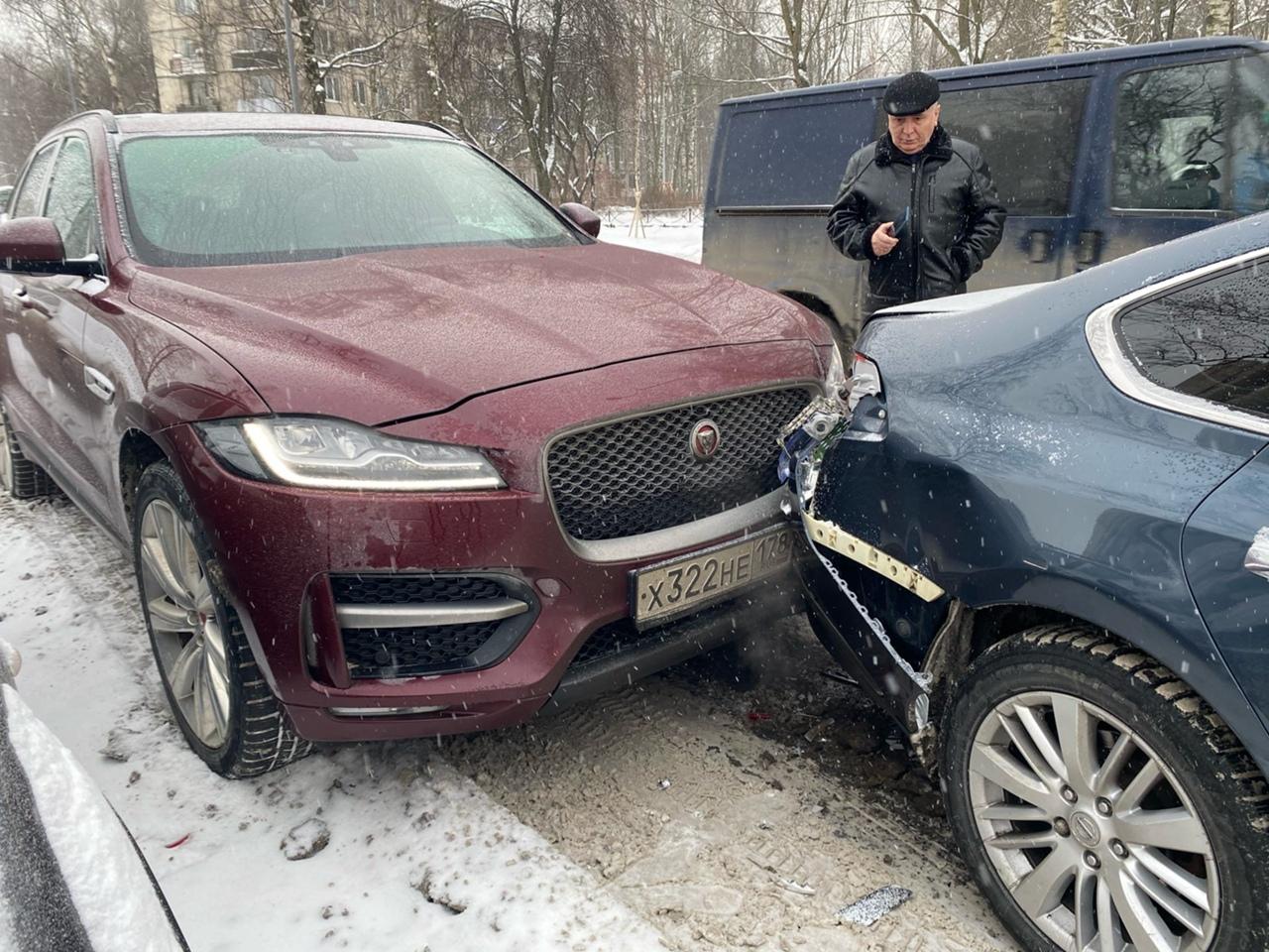 Авария на Бестужевской61 в 11 часов. Кто мимо проехал и у кого видеорегистратор был, дайте знать! Я...