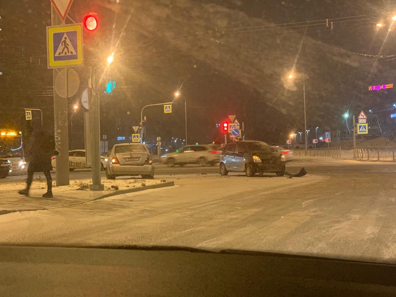 Киа и Toyota грустят на перекрёстке Сизова и Богатырского