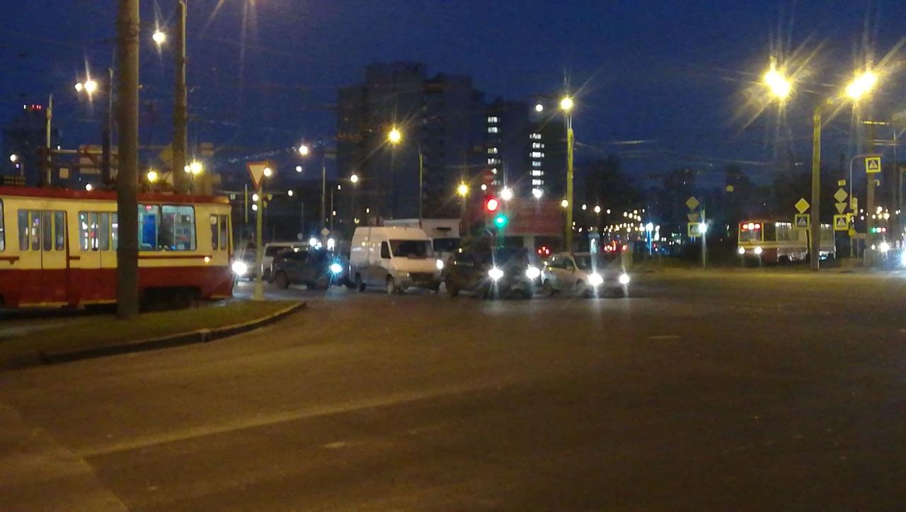 На перекрестке Жукова и Стачек в 7:25 белый догнал черного. Трамваи стоят в обе стороны.