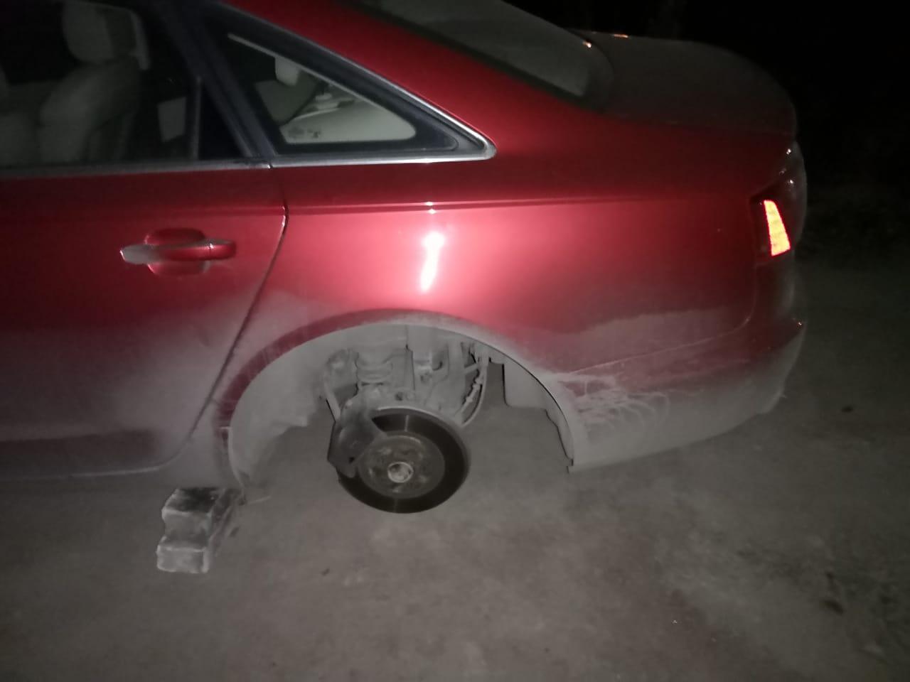 """Сняли колёса с красной audi около ЖК """"До Ре Ми"""" в Коломягах. Если кто что-то видел, пожалуйста, напи..."""