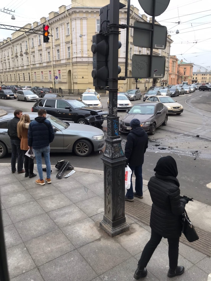 На перекрестке Садовой и Инженерной произошла авария между Порше и Шкодой. По асфальту растекся анти...