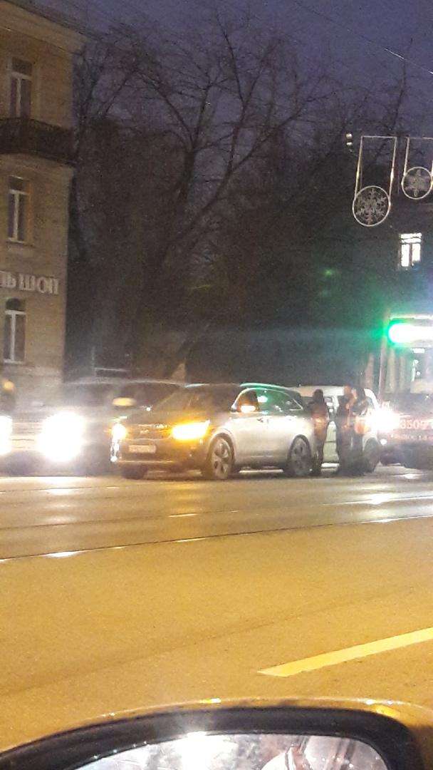 ДТП на проспекте Энгельса 54, в сторону м. Озерки, проезд затруднен, 2 машины и трамвай, проезд либо...