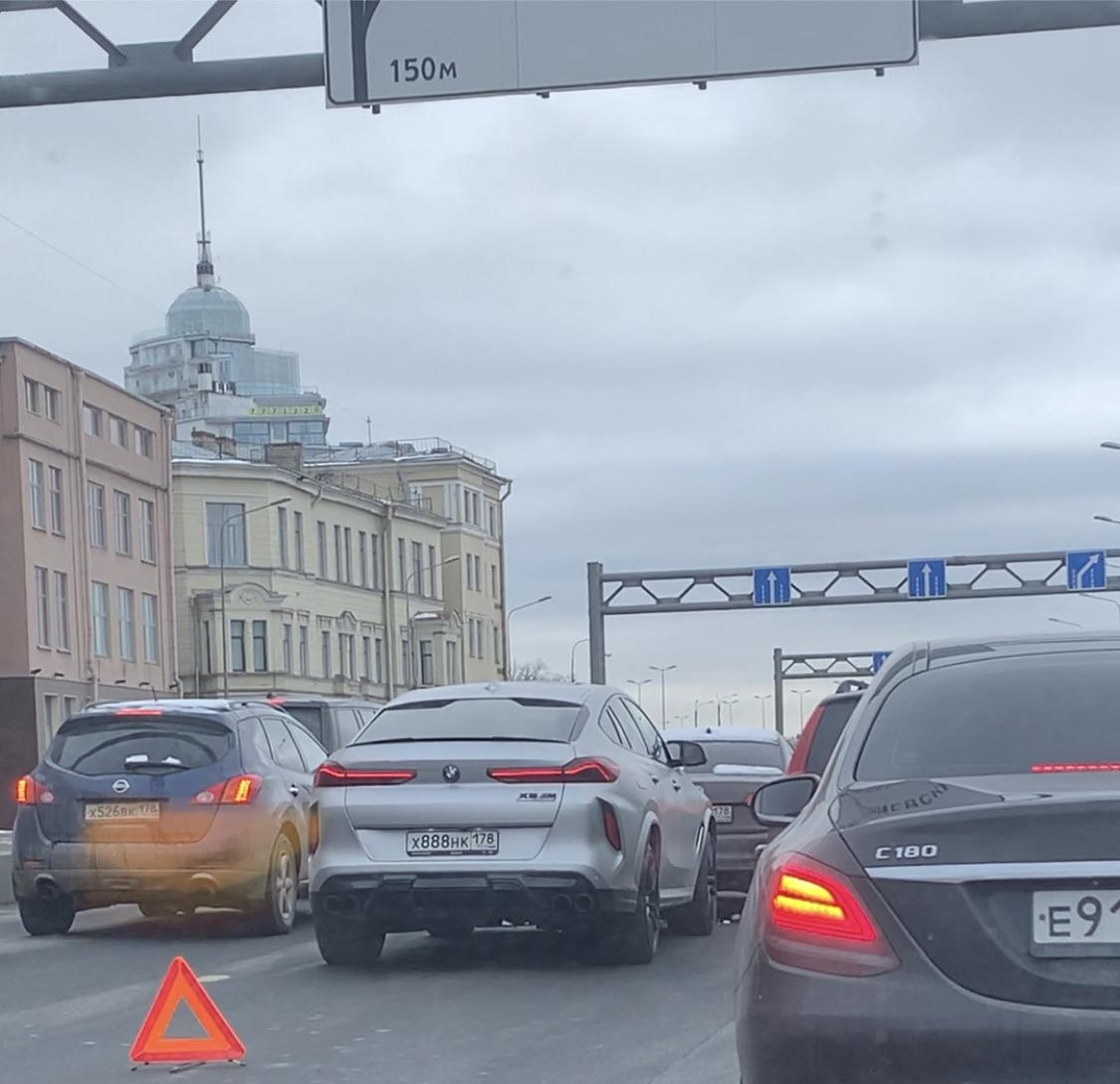 Спешащий BMWист догнал машину на Пироговской набережной.