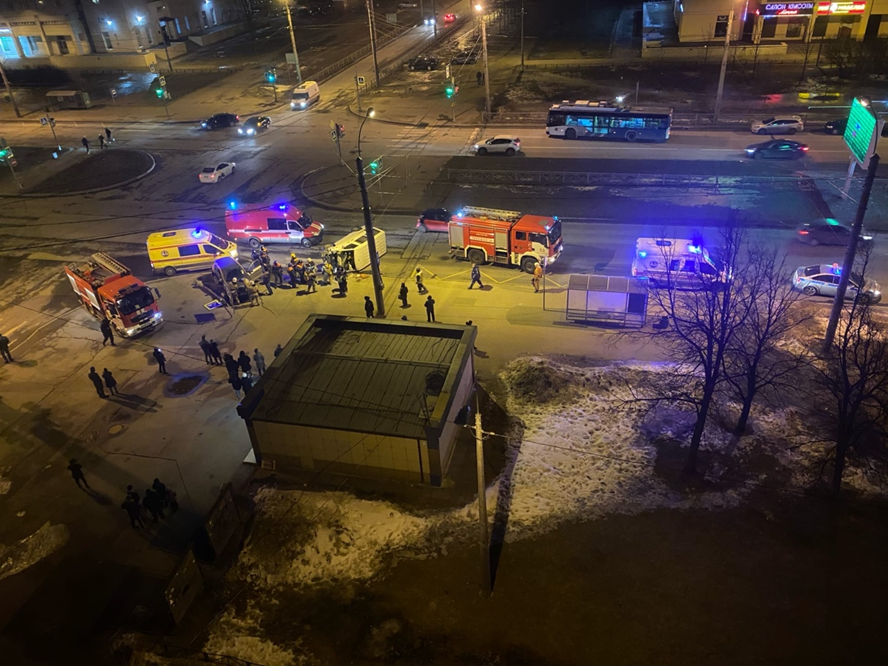 На пересечение Богатырского и Серебристого по предварительным данным каршеринг подрезал фургон. Мног...