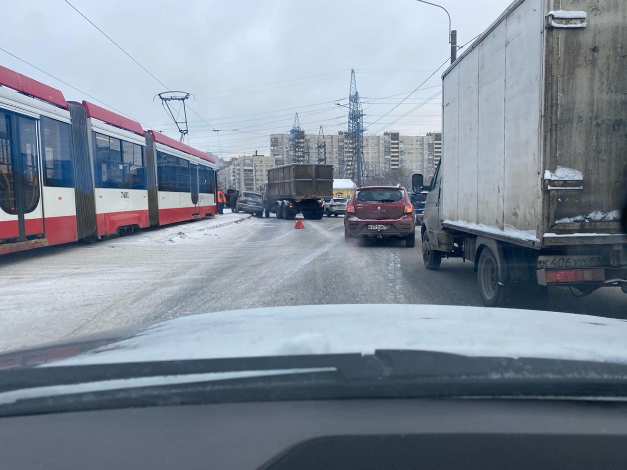 Audi и пухтовоз столкнулись на Ириновском. Скоро будет пробка. Трамваям тоже не проехать.